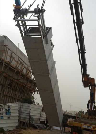 installation avec grue d'un dégrilleur vertical par equipwater