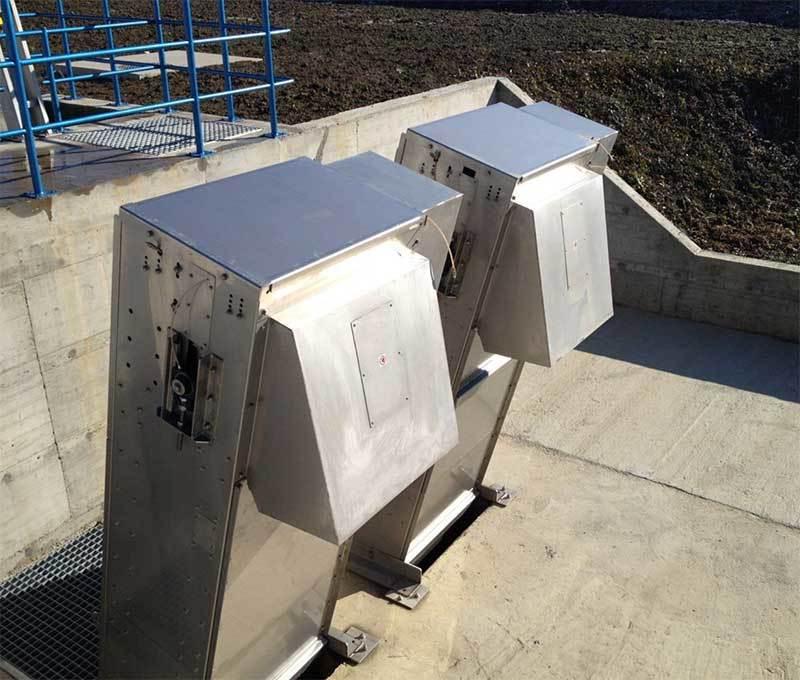 Le RAKE SCREEN sépare les déchets grossiers des eaux usées municipales ou industrielles. L'équipement est composé d'une grille ou tôle perforée avec un entrefer pouvant varier de 6 à 40 mm. Les éléments solides sont soulevés, transportés et déchargés à l'aide de râteaux adaptés au nettoyage de la zone de filtration. Les râteaux sont guidés par des rails au fond sans aucun roulements / composants mécaniques immergés par l'eau du canal.