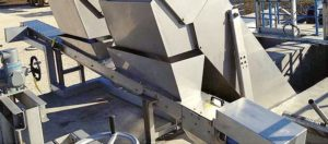 conveyor compactor for screen discharge in a wwtp