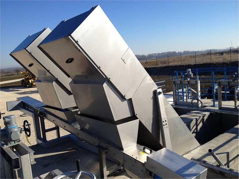 EQUIP STEP est un dégrilleur idéal en entrée de station d'épuration et structures d'entrée d'eau. L'équipement est composé d'un cadre en acier inoxydable avec zone de filtration composée de lamelles fixes et mobiles. La distance entre les lamelles représente l'entrefer de filtration. Le cadre est installé en canal avec un angle d'inclinaison généralement de 55°. Les eaux usées passent au travers de la zone de filtration (lamelles) et les criblures sont capturées et soulevées marche par marche sur les escaliers. Les déchets sont ensuite éjectés en haut de l'équipement.